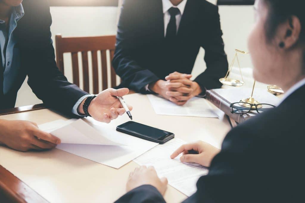 uomini d'affari che parlano davanti ai contratti sos diritti