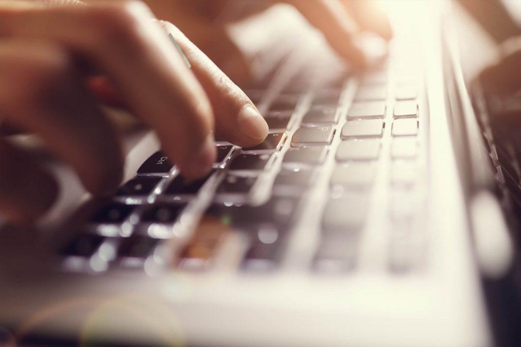 sos successione uomo che scrive su una tastiera